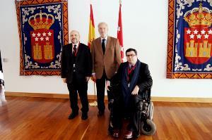 Luis Cayo Pérez Bueno, presidente del CERMI, José Antonio Echevarría, presidente de la Asamblea de Madrid, y Javier Font, presidente del CERMI de la Comunidad de Madrid