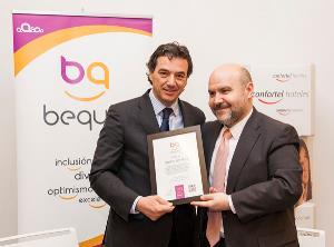 El presidente del CERMI y de la Fundación Bequal, Luis Cayo Pérez Bueno, entrega a José Ángel Preciados, director general de Confortel Hoteles el Certificado Bequal Premium