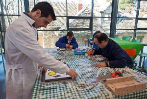 Aprendiendo trabajos artísticos en el Centro de Promoción de la Autonomía Personal en la Asociación Síndrome de Down Burgos