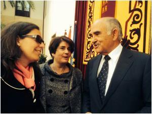 Pilar Morales y Teresa Lajarín junto con Alberto Garre