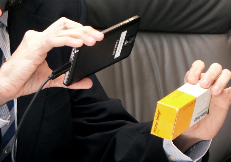 Imagen del uso de la app con una caja de medicamentos