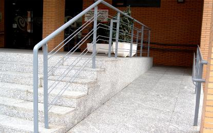 Rampa junto a una escalera