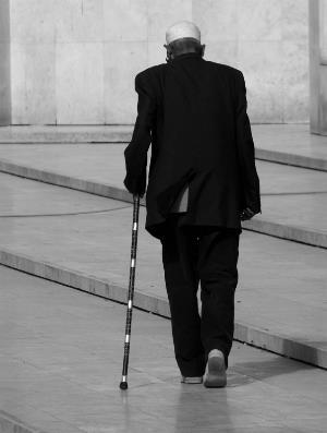 Persona mayor caminando con bastón