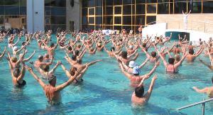 Personas mayores haciendo ejercicio en una piscina