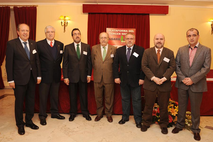 Foto de familia de la Plataforma del Tercer Sector: Plataforma de ONG de Acción Social; PVE, EAPN, el CERMI, Cruz Roja Española, Cáritas Española, y la ONCE