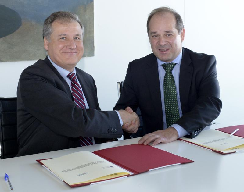 El consejero de Innovación, Industria, Turismo y Comercio, Eduardo Arasti, junto al presidente de CERMI, Roberto Álvarez. Tania Astuy
