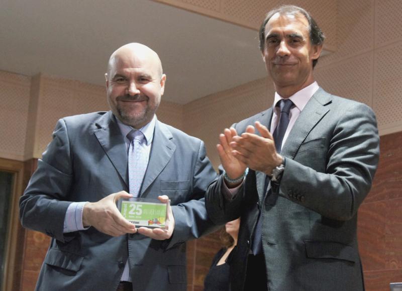 El presidente del CERMI, Luis Cayo Pérez Bueno, recoge el galardón de manos del director general del IMSERSO, César Antón