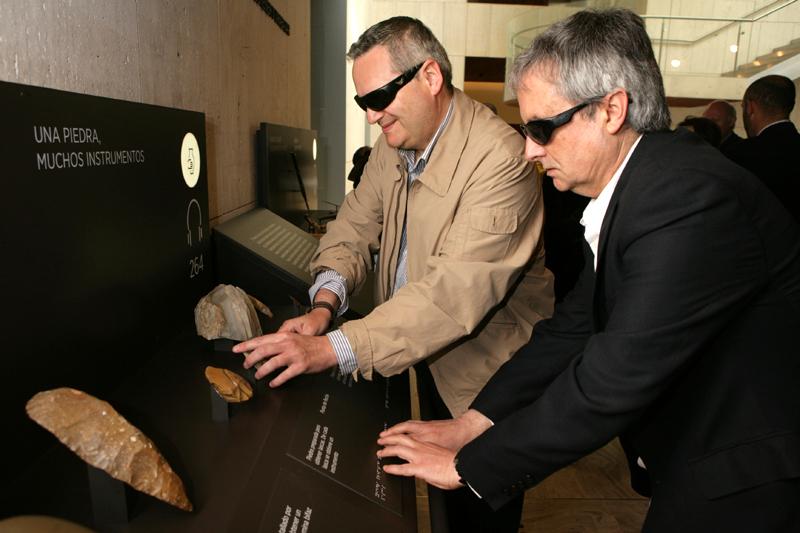 Visitantes ciegos en el Museo Arqueológico Nacional tocando piezas del museo
