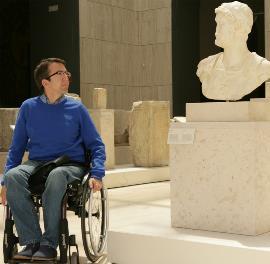 Visitante en silla de ruedas en el Museo Arqueológico Nacional