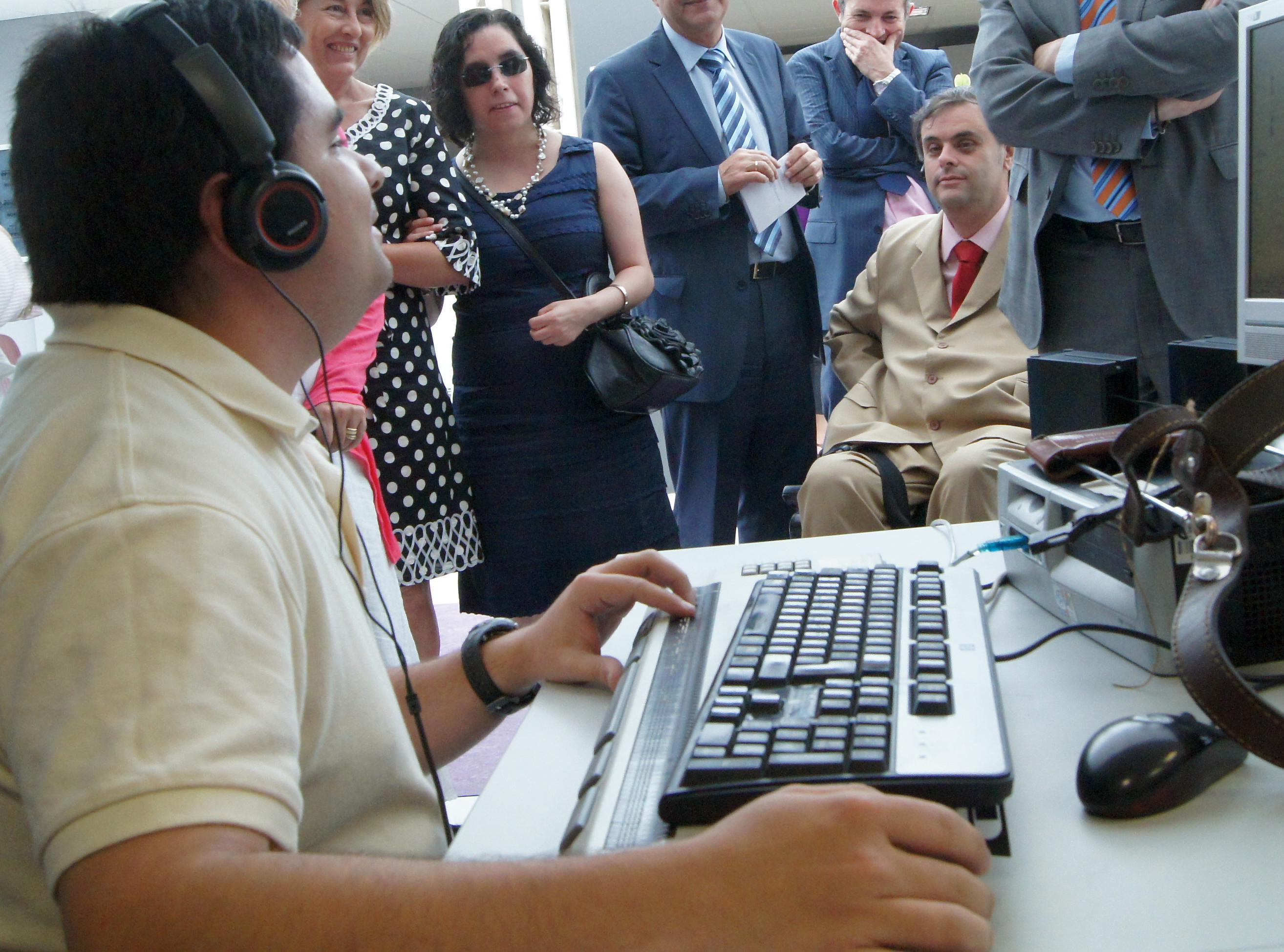 Joven con discapacidad trabajando con el ordenador