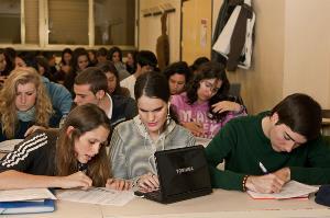 Estudiantes universitaria ciega en al aula con el resto de compañeros