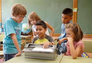 Niño ciego en el aula con el resto de compañeros. Educación inclusiva