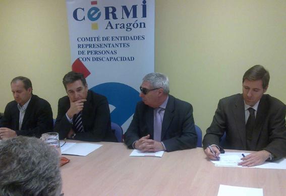 Imagen de la reunión del consejero de Sanidad, Bienestar Social y Familia, Ricardo Oliván, con el CERMI Aragón