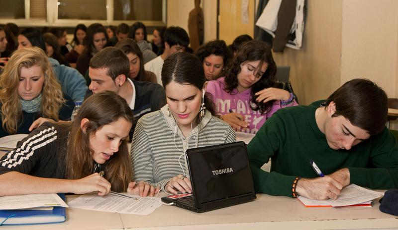 Estudiante universitaria ciega en al aula con el resto de compañeros