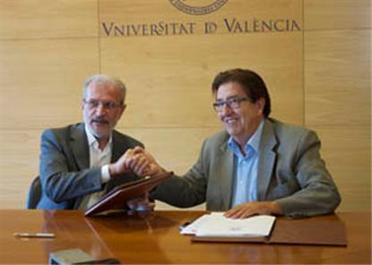 El rector de la Universitat de València, Esteban Morcillo, y Juan Luis Planells Almerich, presidente del CERMI Comunidad Valenciana